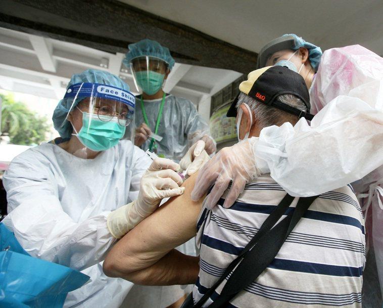 高雄接種疫苗後傳6死,最年輕僅49歲,6人都有慢性病史。報系資料照片