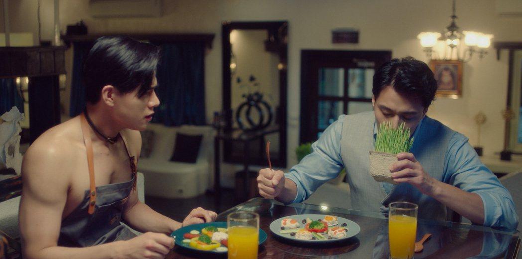 李齊(左)半裸下廚,張睿家猛聞貓草。圖/七十六号原子、myVideo提供