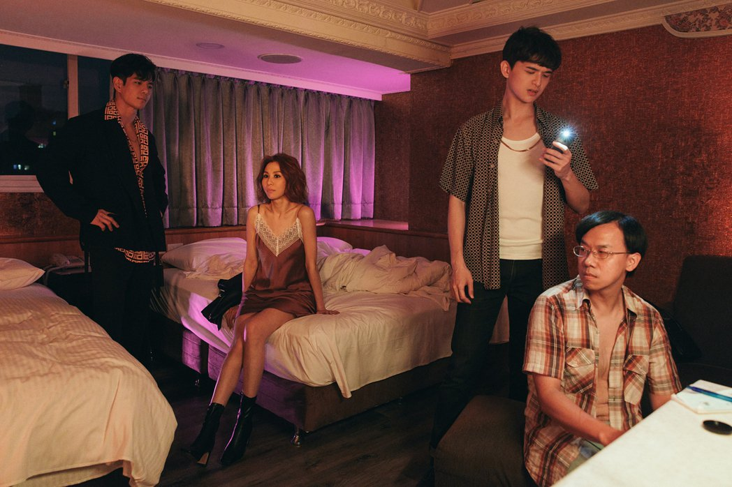 祖雄(左起)、林凡和尹彥凱飾演詐騙檔,對受害人仙人跳。圖/華納音樂提供