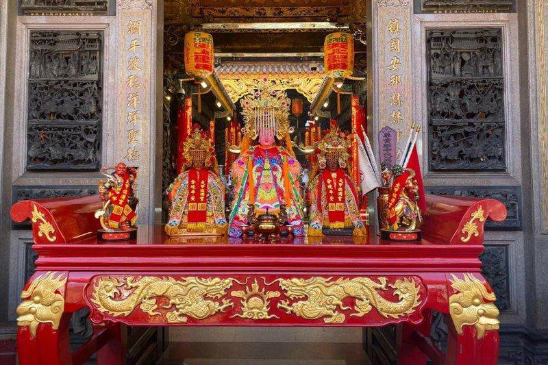 防疫下,大甲鎮瀾宮將媽祖等神像請到廟外臨時神桌上,供信徒參拜。圖/鎮瀾宮提供