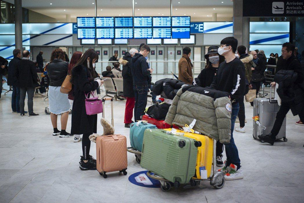 來自中國大陸北京的旅客去年一月飛抵法國戴高樂機場。美聯社