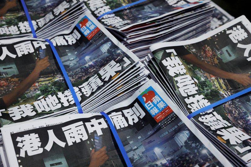 香港蘋果日報最後一期的頭版以「港人雨中痛別、我哋撐蘋果」為題,向讀者告別。(路透)