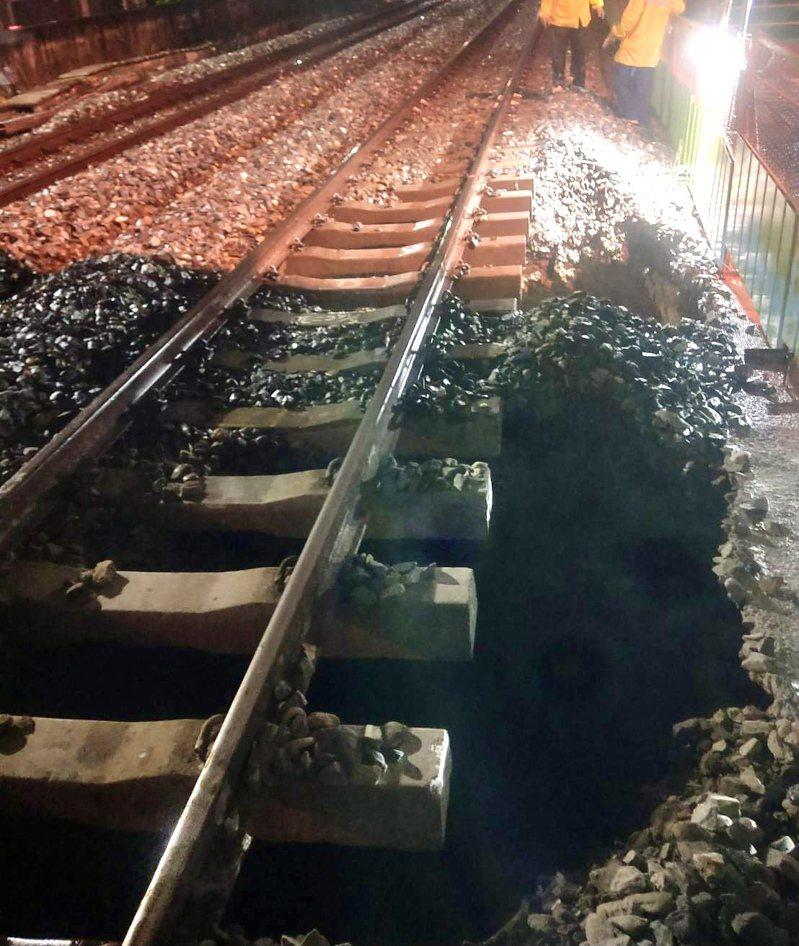台鐵3777車次區間車今晚約9點半行經台南市東區榮譽街平交道附近,發現路基流失無法行駛。記者鄭維真/攝影