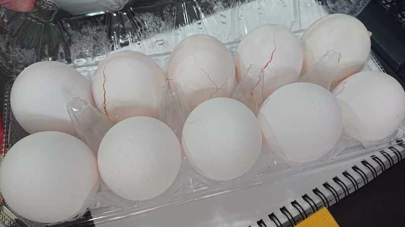 原PO將一盒蛋放冰箱冷藏,結果竟發現有好幾顆裂掉。 圖/翻攝自「廚藝公社」