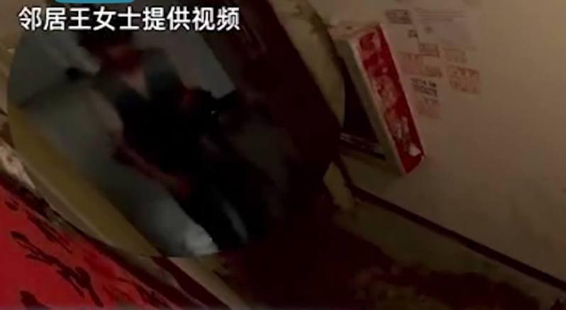 見1名男子晚間在別人家門口,抱着1個黑色物體徘徊許久,行為怪異。 圖/影片截圖
