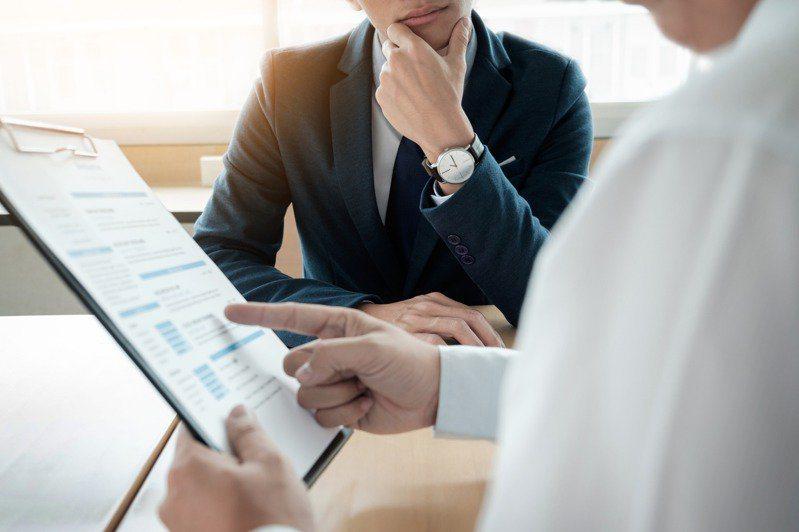 受本土疫情影響,使多數公司及企業都受到影響,更讓許多人想轉行或是要找新工作的人求職不順利。 圖/ingimage