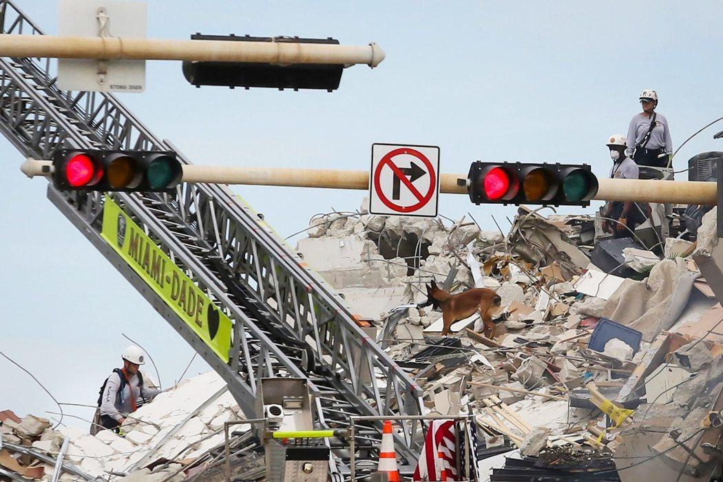 截至24日深夜11點30——也就是事發22小時後的現在——倒塌瓦礫堆下恐還有「9...