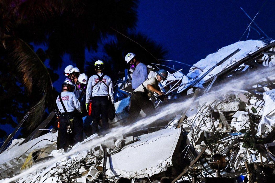 大樓東側的生還居民,只能摸黑走樓梯下樓,但一樓地面的安全通道卻被崩落的大樓殘片給...