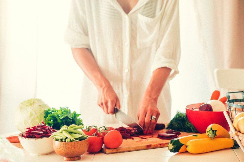 女網友為愛下廚,結果卻不如預期。圖為做菜示意圖。 圖片來源/ingimage