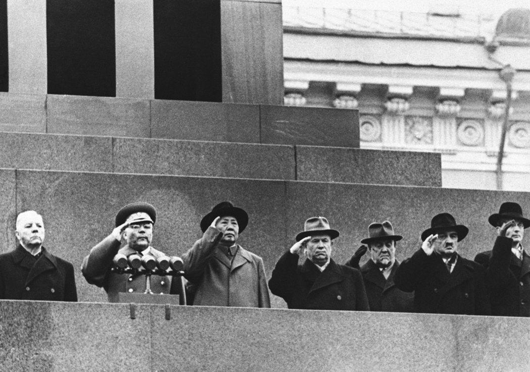 「中國人找到馬克思主義,是經過俄國人介紹的。」圖為1957年11月7日蘇聯十月革...
