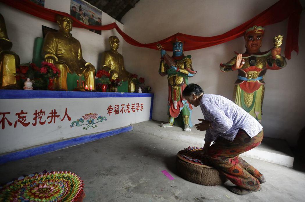 成都一處農村,村民將毛澤東奉為神佛敬拜。 圖/路透社