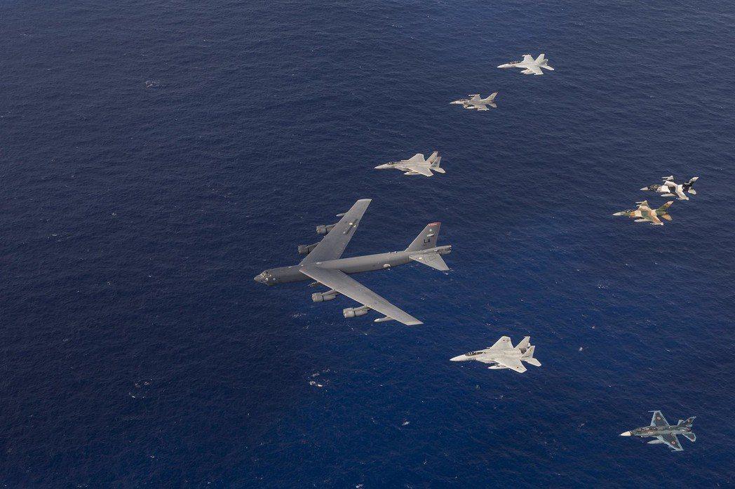 美國空軍每年都以不同場景進行兵推,模擬在南海、台海等高風險場景進行作戰,這有助於規劃美國空軍未來兵力。圖為美國空軍、日本航空自衛隊和澳大利亞皇家空軍飛機2015年在關島海岸附近演習。 圖/美國空軍
