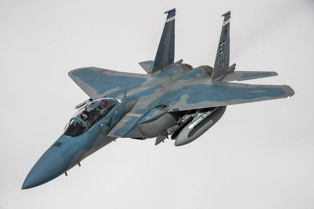 為了驗證F-15EX的作戰能力,此次「北方邊境」演習中,美國空軍特別安排F-15EX與舊式的F-15C/D及F-15E併肩作戰。 圖/維基共享