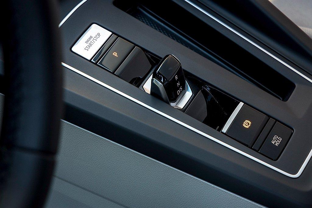 全新第八代福斯Golf改採以數位訊號傳送檔位的全新電子線傳式排檔系統,整體造型簡...