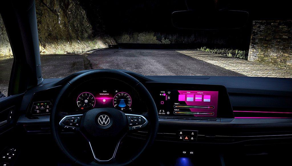 全新第八代福斯Golf首度配有含多重模式選擇的車室氛圍燈,230 eTSI與28...