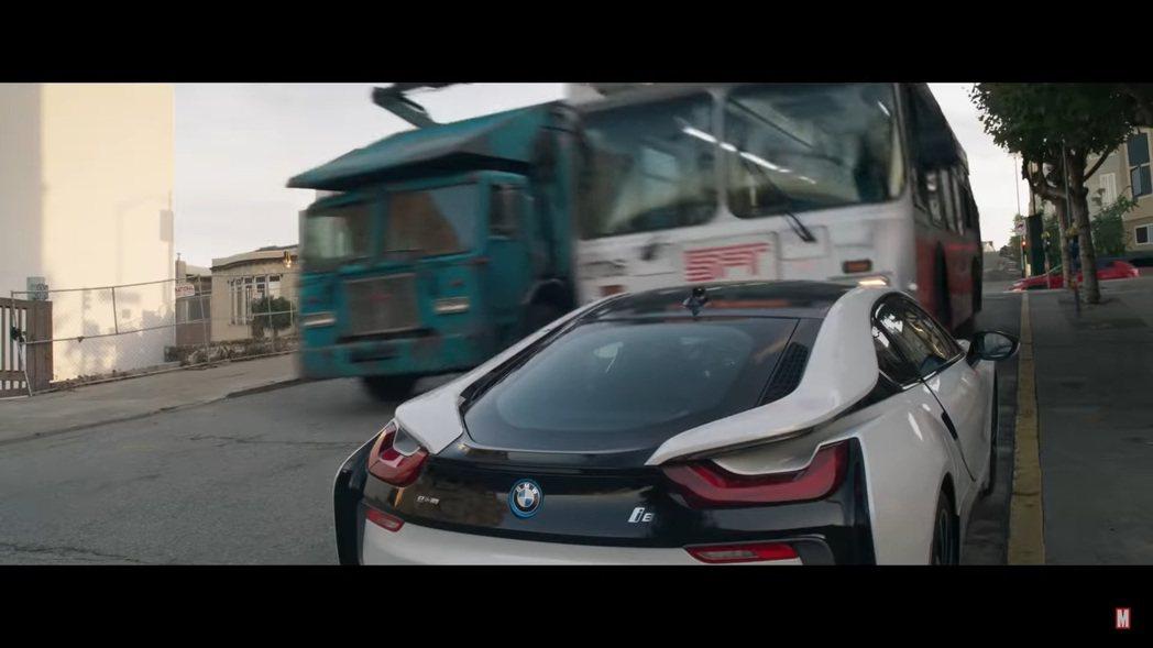 BMW i8在《尚氣與十環傳奇》被公車輾爆的前一刻。 圖/截自《尚氣與十環傳奇》...