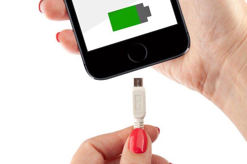 手機電池老化是許多人會碰到的困擾,只要掌握手機充電的原則,就能延長電池壽命。圖片來源/ingimage