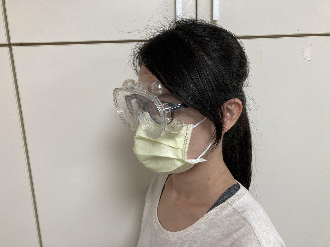醫師提醒戴護面罩、護目鏡時,應挑選適合臉型、鬆緊適中,以免神經長時間壓迫導致頭部...