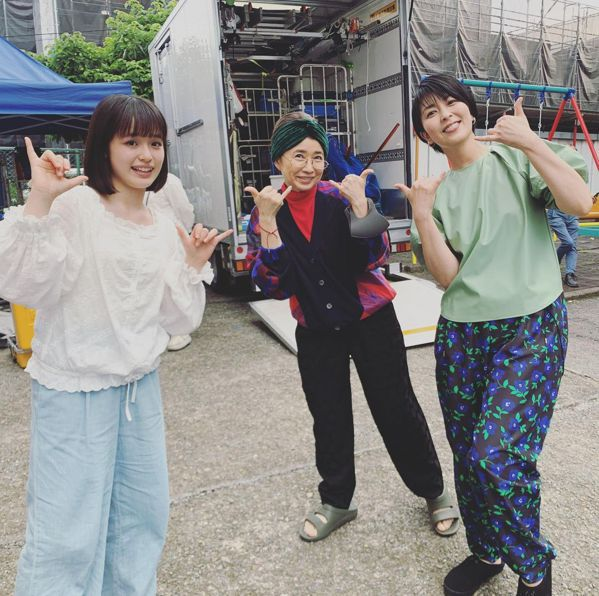 豊嶋花(左)、風吹淳(中)與松隆子在「大豆田永久子與三個前夫」拍片現場。 圖/摘...