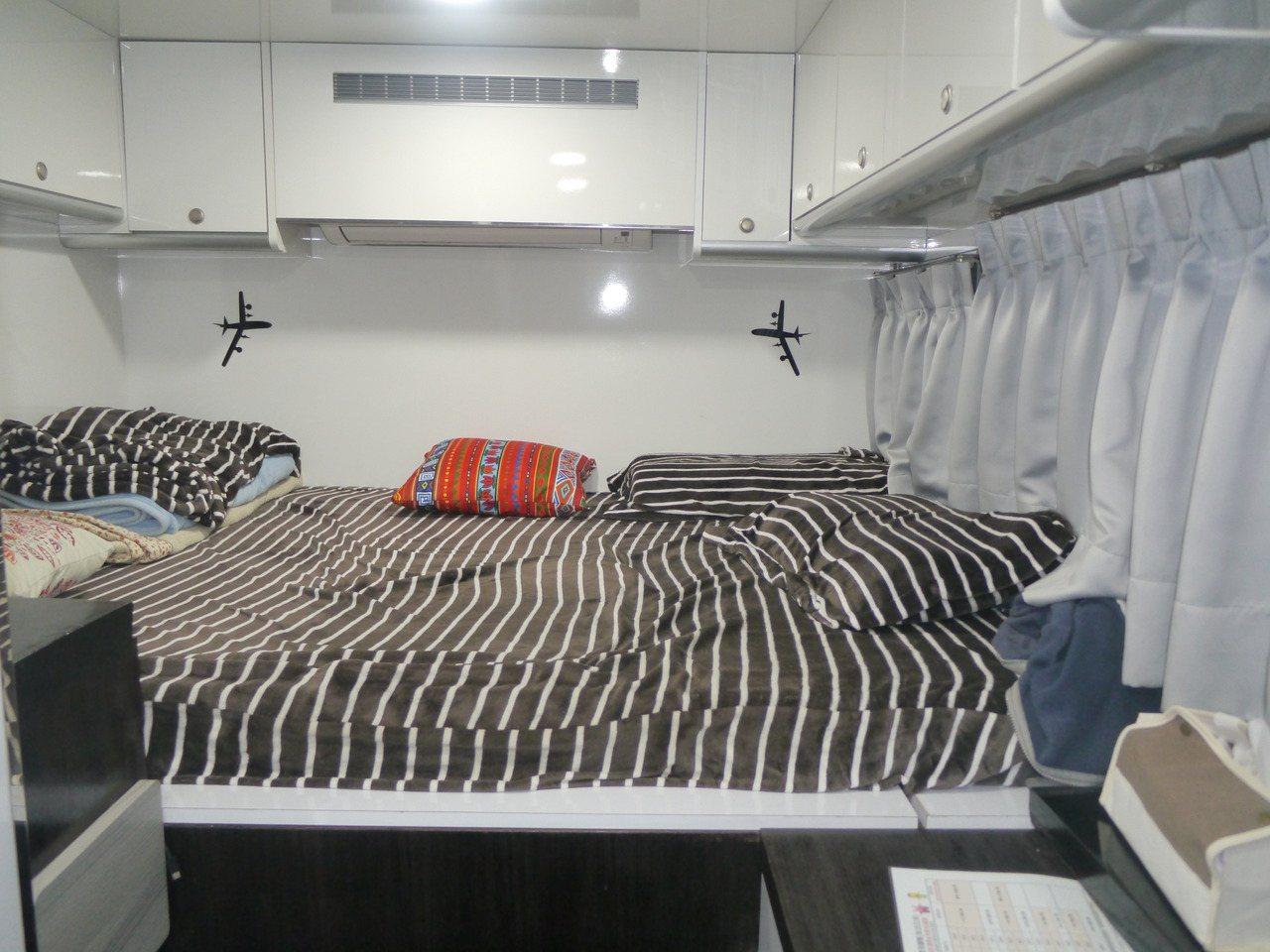 露營車內部,床鋪下方是廣大的收納空間,上方也是收納櫃。 圖/徐白櫻 攝影