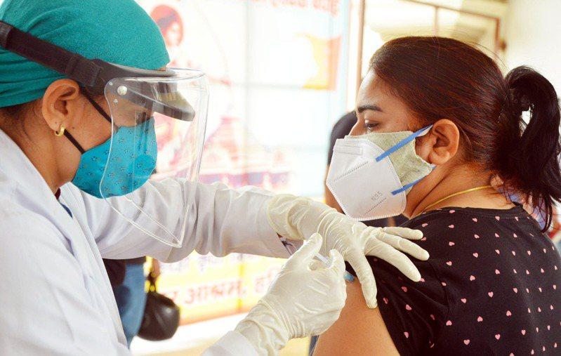 印度警方表示,孟买和加尔各答分别有约2000人和500人接种假的新冠疫苗。图为一名妇女正在接种疫苗,非新闻当事人。 新华社(photo:UDN)
