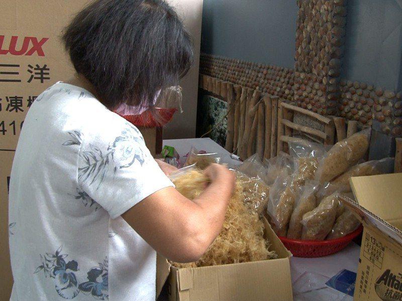 貢寮區福連里卯澳社區將夏季盛產的石花菜進行真空包裝,希望透過臉書粉專推行宅配。 圖/觀天下有線電視提供