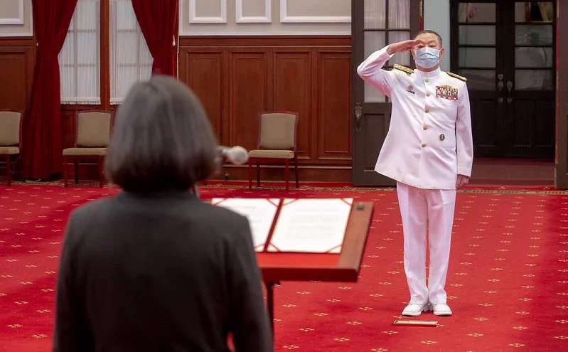 蔡總統昨日頒授參謀總長黃曙光「二等寶鼎勳章」,肯定對黃讓國艦國造如期如質進行,籲其持續為國軍貢獻心力。圖/總統府提供
