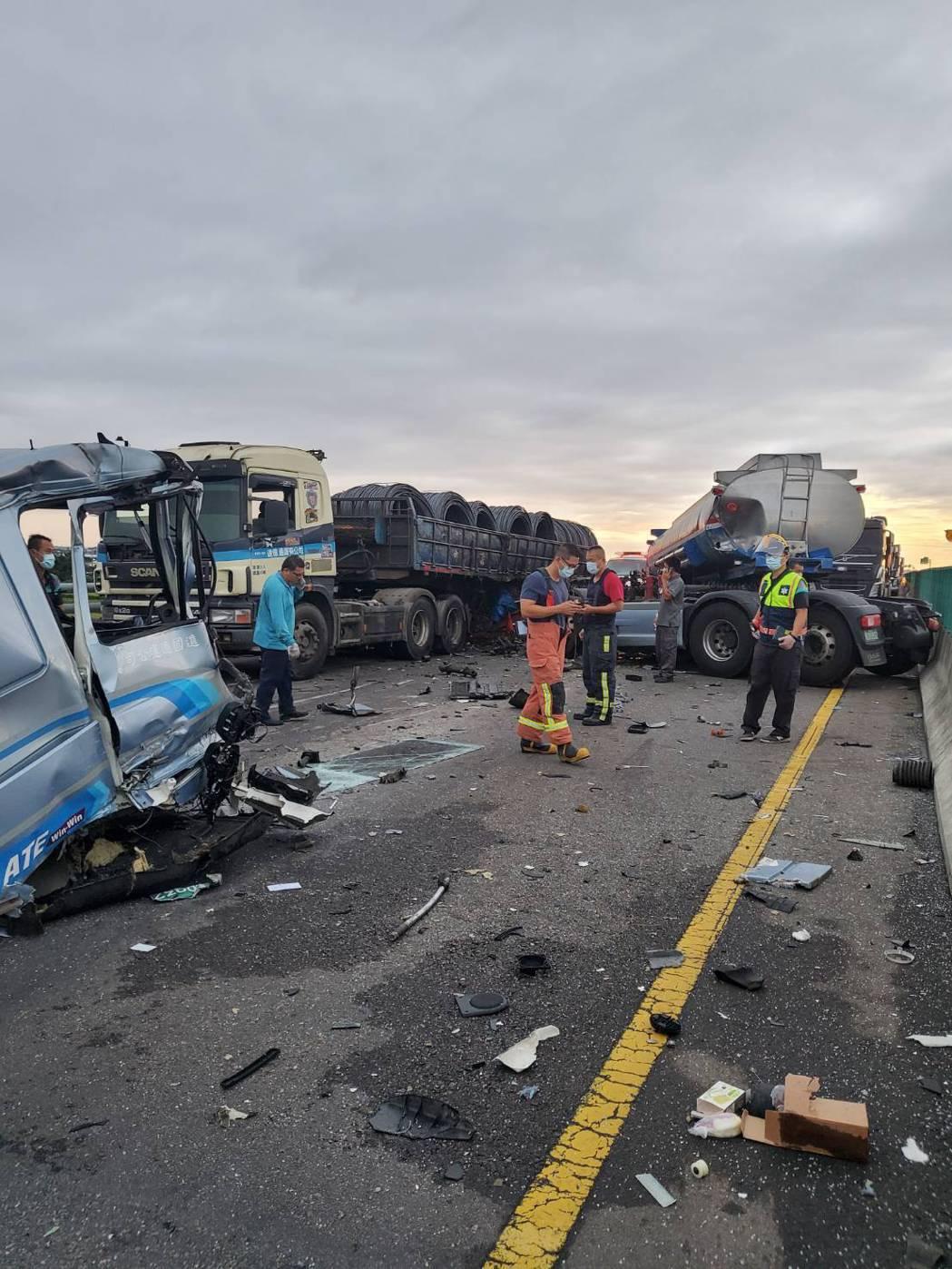 台61線芳苑南下路線188公里處今天清晨發生車禍,事故車和破碎車體占滿路面,造成...