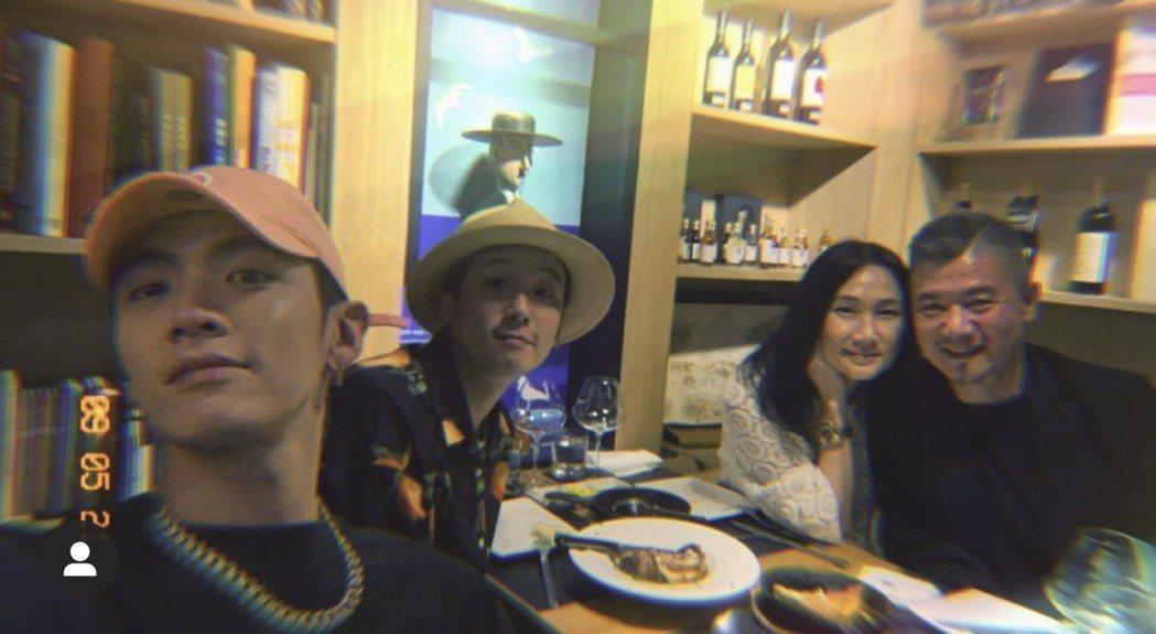 柯震東(左)要與家人去美國。圖/摘自IG