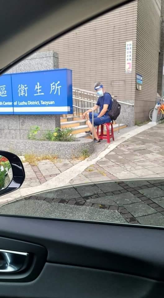 蔣偉文在車上拍下做好防疫的爸爸。圖/摘自臉書