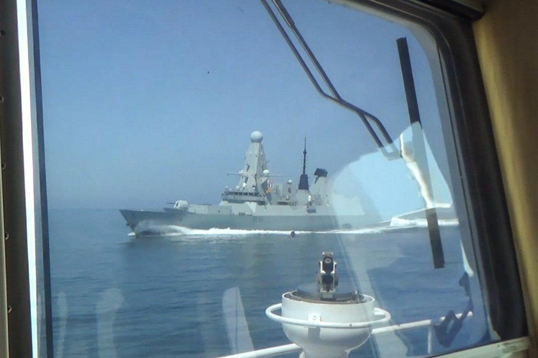 俄羅斯24日釋出影像,證明俄方一艘海巡艦前一天確實用無線電警告英國皇家海軍驅逐艦...