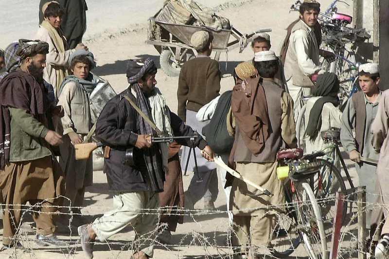 拜登在4月宣布開始撤軍後,神學士就在阿富汗開始全面攻勢。圖為一名神學士民兵驅趕民眾。法新社