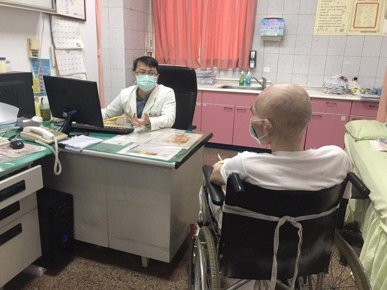 大甲李綜合醫院胸腔內科主任黃朝新說,初期隱形缺氧不會感到明顯不舒服,但病情惡化時...