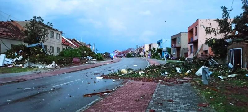 捷克當地24日出現罕見龍捲風襲擊,造成該國東南部與奧地利、斯洛伐克邊界等4鄉鎮多...