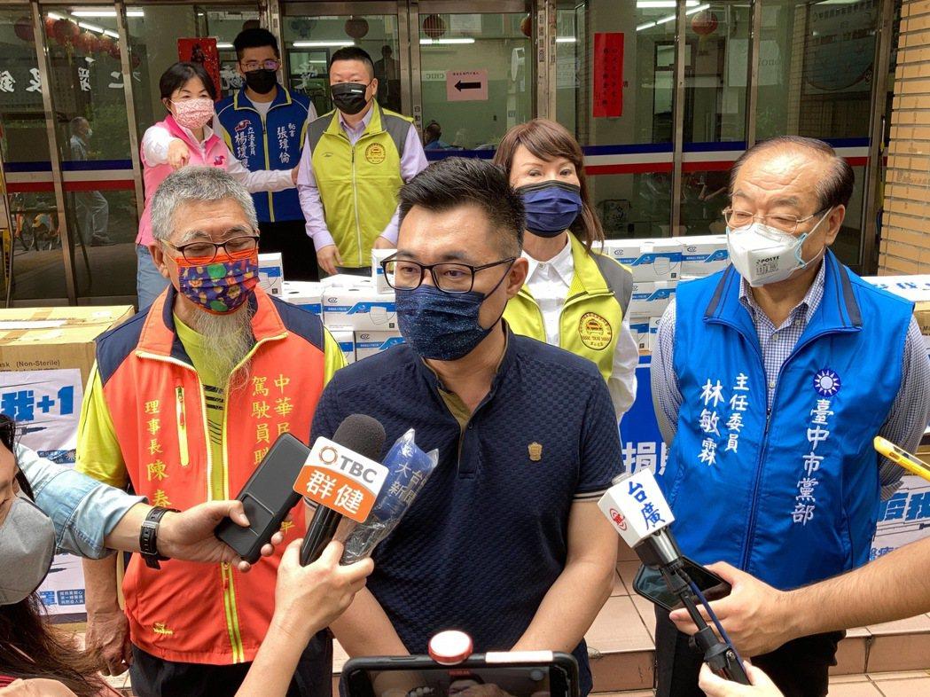 國民黨主席江啟臣今天在台中市黨部致贈1萬個醫療口罩予台中市計程車公。對於媒體詢問...