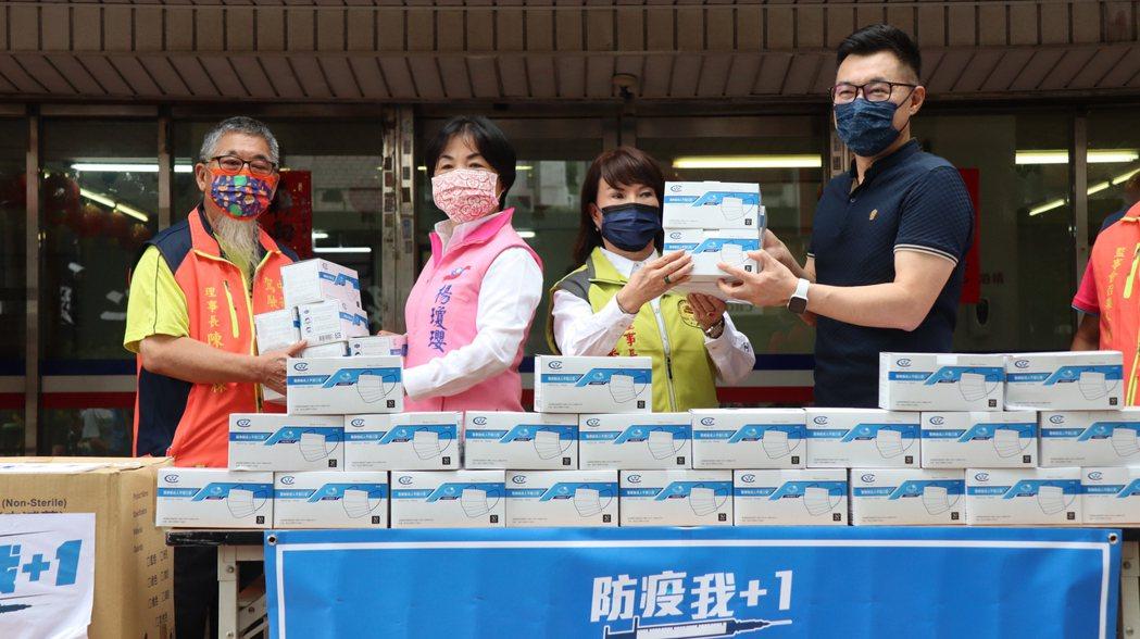 國民黨主席江啟臣今天在台中市黨部致贈1萬個醫療口罩予台中市計程車公。圖/江啟臣提...