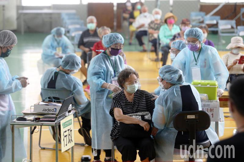 高雄市今天持續針對75歲以上長者進行疫苗施打,許多老人家冒雨前來。記者劉學聖/攝影