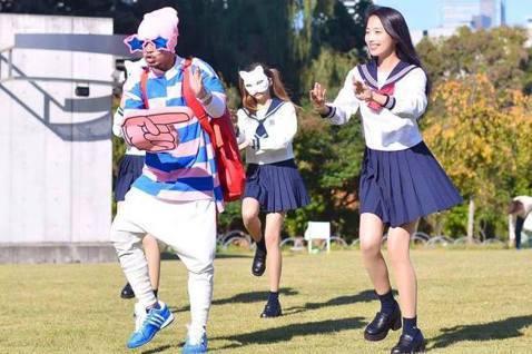 黃明志3年前受日本公司COOL JAPAN TV合作,與日本百萬YouTuber二宮芽生合唱「東京盆踊」,該歌也是為東京奧運所寫的日式英文洗腦歌,7月23日的開幕式前該歌也傳出點閱累積破億的好消息,...