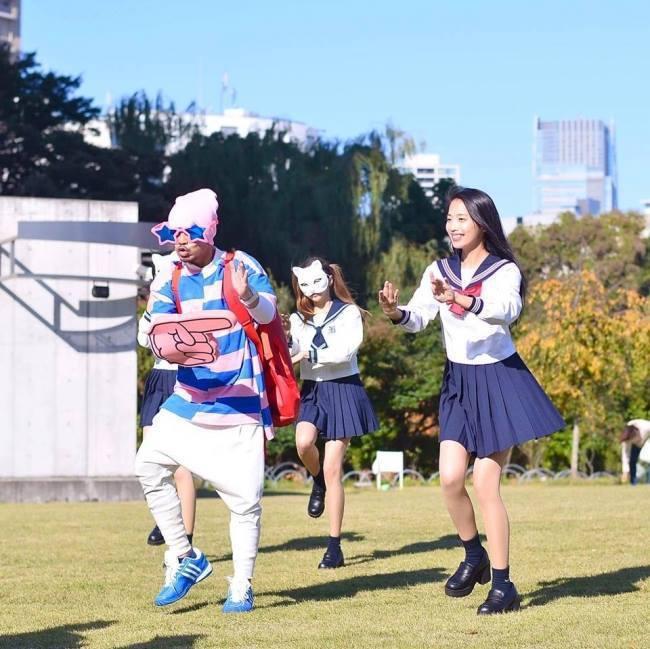 黃明志(左)與日本百萬YouTuber二宮芽生(右)合唱的「東京盆踊」點閱破億。