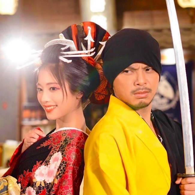 黃明志(右)與日本百萬YouTuber二宮芽生(右)合唱的「東京盆踊」,唱出日式...