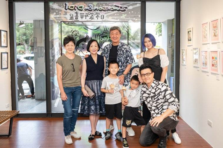 蔣爸爸(後排中)先前親自出席蔣偉文畫展的開幕記者會。圖/艾迪昇傳播提供