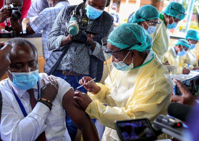 據統計,全球近半數疫苗用於高收入國家的16%人口,英美就施打近4億劑;然而整個非洲僅施打4590萬劑,占全球總量僅1.7%。圖為辛巴威一名男性接種新冠疫苗。路透