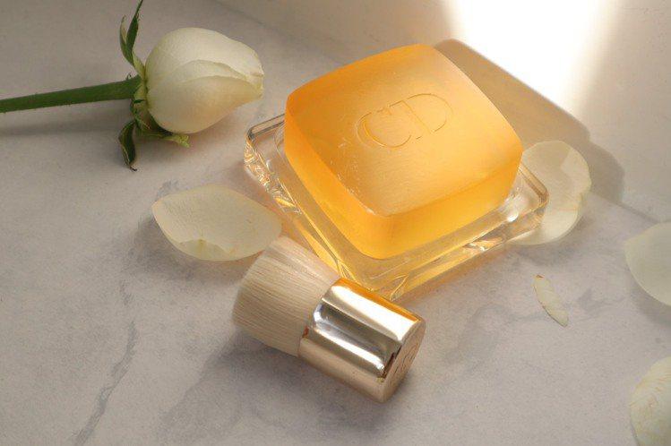 迪奧精萃再生玫瑰潔膚皂/110g/3,000元。圖/迪奧提供