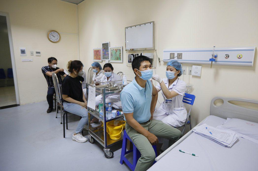 越南河內一所醫院內,醫護人員為民眾施打疫苗。   歐新社