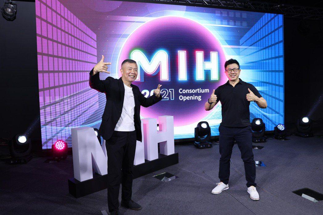 MIH執行長鄭顯聰(左)與MIH技術長魏國章。圖/MIH提供
