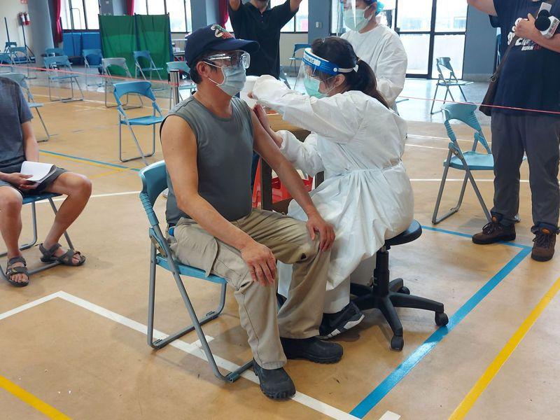 一名60歲營造人員在台中市西區忠信國小打站接種疫苗,他說,一大早八點多就來了。圖/台中市政府提供