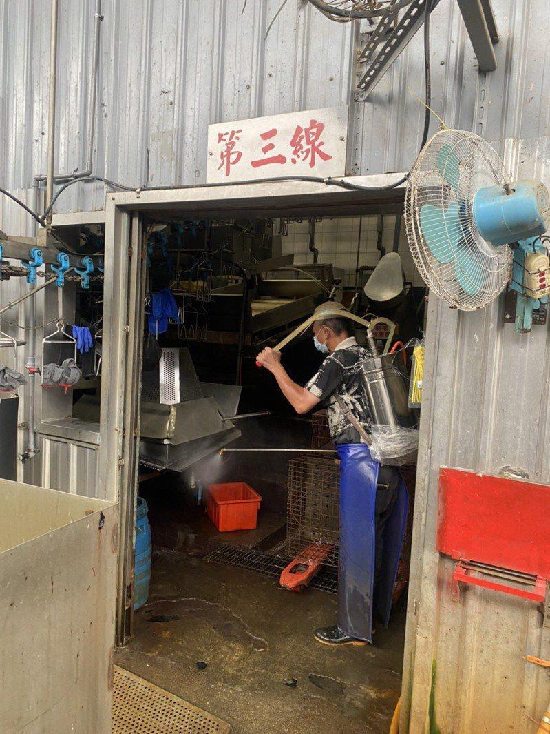 動保處表示,昨晚依指引新北禽獲報後,立即由場區人員進行清消。圖/新北市農業局提供