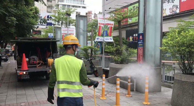 台中市環保局人員在台中市西屯區家樂福青海店周邊消毒。圖/台中市環保局提供
