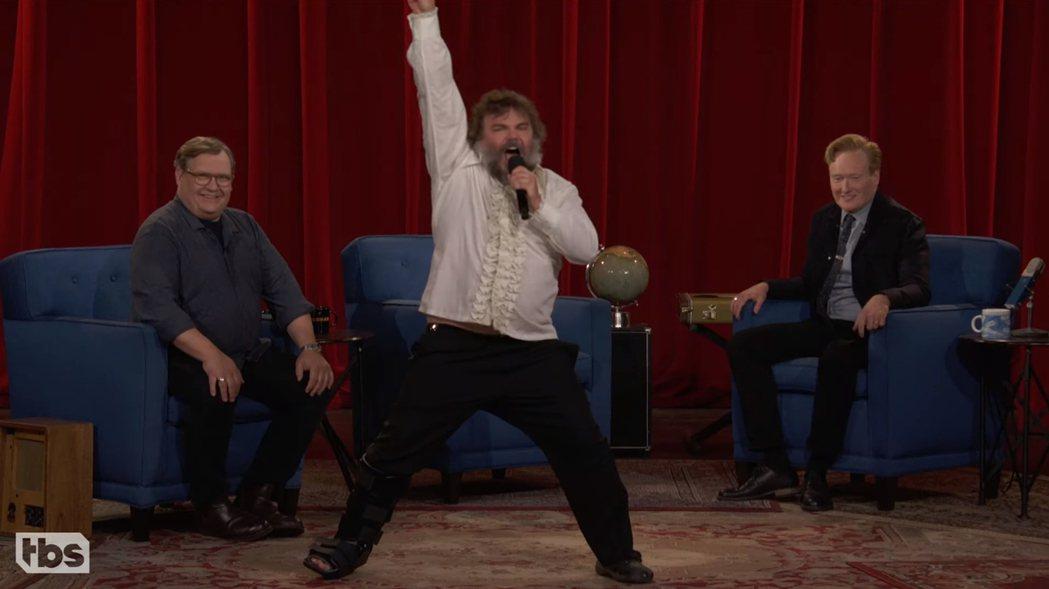 傑克布萊克獻上一首歌曲向康納及其節目致意。圖/摘自YouTube