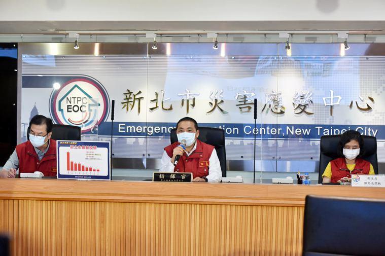 新北市長侯友宜(中)建議中央擴大開放專責醫療院所第一線醫事人員同住家人接種疫苗。...
